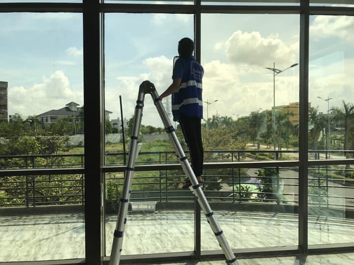 Dịch vụ lau kính, vệ sinh kính mặt ngoài tại Đà Nẵng