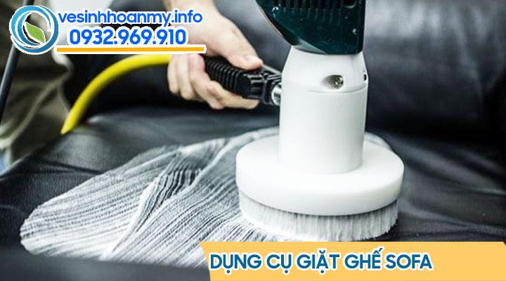 Quy trình giặt ghế sofa - Tẩy các điểm bẩn