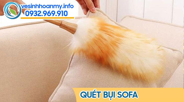 Quét bụi ghế sofa là bước đầu tiên trong quy trình giặt ghế sofa