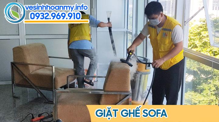 Giá giặt ghế sofa tiêu chuẩn luôn đi ít nhất 2 người để bảo đảm chất lượng